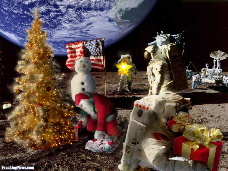Santa-and-Christmas-Tree-on-the-Moon-25442